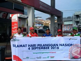 Pertamina memberikan bingkisan kepada konsumen pembeli Bahan Bakar Minyak (BBM) jenis Pertamax Plus sebagai kegiatan peringati hari Pelanggan Nasinal. (Foto Antara Kalbar / Andilala)