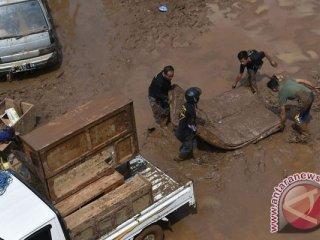 Warga mengangkut barang dari rumah yang terkena banjir bandang aliran Sungai Ciamanuk di Tarogong Kidul, Kabupaten Garut, Jawa Barat, Kamis (22/9/2016). Berdasarkan data BNPB jumlah korban tewas akibat banjir bandang di Garut mencapai 23 orang dan 18 lainnya masih dalam pencarian. (ANTARA FOTO/Wahyu Putro A)