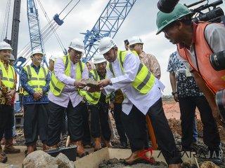 Gubernur Jawa Barat Ahmad Heryawan (ketiga kiri) bersama Wakil Gubernur Deddy Mizwar (ketiga kanan) meletakan batu pertama saat groundbreaking pembangunan Masjid Raya Al Jabbar di Jalan Cimincrang, Bandung, Jawa Barat, Jumat (29/12). Pembangunan masjid tiga lantai dengan luas 29 hektar yang dapat menampung 33 ribu jamaah itu menghabiskan dana sekitar Rp 913 milyar dan ditargetkan selesai Desember 2018 untuk tahap pembangunan pertama. ANTARA JABAR/Raisan Al Farisi