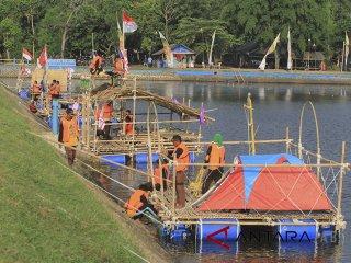 Anggota Pramuka merakit tenda saat pengikuti Jambore Kemah Terapung (Floating Camp) di Situ Bolang, Indramayu, Jawa Barat, Kamis (10/5). Kegiatan yang diikuti anggota Pramuka dari berbagai sekolah tersebut sekaligus upaya memecahkan rekor Muri tenda terapung terbanyak. ANTARA JABAR/Dedhez Anggara/agr/18.