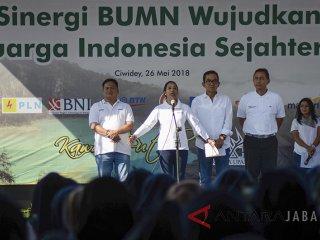 Menteri BUMN Rini Soemarno memberikan pembekalan saat melakukan kunjungan kerja di Ranca Upas, Ciwidey, Kabupaten Bandung, Jawa Barat, Sabtu (26/5). Dalam kunjungan kerja tersebut, Rini Soemarno memberikan pembekalan kepada 4.000 Account Officer BUMN se-Jawa Barat serta meninjau 19 rumah pegawai BUMN yang akan di renovasi melalui dana CSR. ANTARA JABAR/Raisan Al Farisi/agr/18