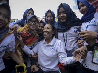 Menteri BUMN Rini Soemarno (tengah) berswafoto dengan pegawai seusai memberikan pembekalan saat melakukan kunjungan kerja di Ranca Upas, Ciwidey, Kabupaten Bandung, Jawa Barat, Sabtu (26/5). Dalam kunjungan kerja tersebut, Rini Soemarno memberikan pembekalan kepada 4.000 Account Officer BUMN se-Jawa Barat serta meninjau 19 rumah pegawai BUMN yang akan di renovasi melalui dana CSR. ANTARA JABAR/Raisan Al Farisi/agr/18