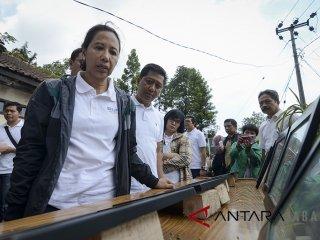 Menteri BUMN Rini Soemarno (kiri) melihat desain rumah yang akan di renovasi saat melakukan kunjungan kerja di Rancabali, Ciwidey, Kabupaten Bandung, Jawa Barat, Sabtu (26/5). Dalam kunjungan kerja tersebut, Rini Soemarno memberikan pembekalan kepada 4.000 Account Officer BUMN se-Jawa Barat serta meninjau 19 rumah pegawai BUMN yang akan di renovasi melalui dana CSR. ANTARA JABAR/Raisan Al Farisi/agr/18