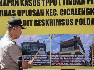 Kapolda Jawa Barat Irjen Pol Agung Budi Maryoto menunjukkan sejumlah aset dan barang bukti yang disita saat gelar perkara Kasus Tindak Pidana Pencucian Uang (TPPU) terkait Miras oplosan Cicalengka di Yayasn SD SMP SMA Bhayangkari, Bandung, Jawa Barat, Kamis (5/7). Kepolisian Jawa Barat menjerat tersangka kasus miras oplosan Samsudin Simbolon dengan  TPPU pasal 3 Undang undang No 8 Tahun 2019 dan menyitas sejumlah aset seperti lima bidang tanah, kebun sawit dan uang sebanyak Rp. 65 juta yang diduga hasil pencucian uang  miras oplosan.  ANTARA JABAR/Novrian Arbi/agr/18