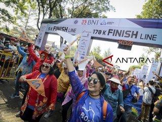 Alumni ITB mengikuti BNI ITB Ultra Marathon di Kampus ITB, Bandung, Jawa Barat, Minggu (14/10). BNI ITB Ultra Marathon dengan rute Jakarta-Bandung yang menempuh jarak 170 kilometer itu dalam rangka mengkampanyekan gaya hidup sehat serta sebagai ajang perluasan literasi keuangan. ANTARA JABAR/Raisan Al Farisi/agr/18
