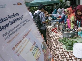Warga mengantre untuk membeli nasi rendang yang dibayar seikhlasnya di Halaman Masjid Salman ITB, Bandung, Jawa Barat, Jumat (19/10/2018). Kegiatan yang dijadwalkan tiap hari Jumat tersebut bertujuan untuk menambah donasi dan bantuan dari gerakan pengiriman satu ton Rendang Yayasan Rumah Amal Salman untuk korban bencana di Palu dan Donggala, Sulawesi Tengah. ANTARA JABAR/Novrian Arbi/agr.