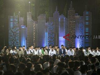 Presiden Joko Widodo (keenam kanan) bersama Menteri Agama Lukman Hakim Saifuddin (kelima kanan), Sekretaris Kabinet RI Pramono Anung (keempat kanan), Ketua Umum Partai Persatuan Pembangunan M Romahurmuziy (ketihga kanan), Wakil Gubernur Jabar Uu Ruzhanul Ulum (ketujuh kanan) menghadiri acara Puncak perayaan Hari Santri Nasional 2018 di lapangan Gasibu, Bandung, Jawa Barat, Minggu (21/10/2018). Acara yang dihadiri santri tersebut dalam rangka memperingati Hari Santri Nasional yang ke-3. ANTARA JABAR/M Agung Rajasa/agr.