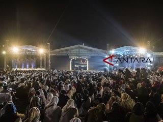 Ribuan santri menghadiri acara Puncak perayaan Hari Santri Nasional 2018 di lapangan Gasibu, Bandung, Jawa Barat, Minggu (21/10/2018). Acara yang dihadiri santri tersebut dalam rangka memperingati Hari Santri Nasional yang ke-3. ANTARA JABAR/M Agung Rajasa/agr.