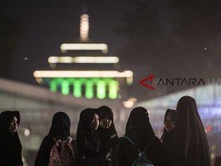Sejumlah santriwati menghadiri acara Puncak perayaan Hari Santri Nasional 2018 di lapangan Gasibu, Bandung, Jawa Barat, Minggu (21/10/2018). Acara yang dihadiri santri tersebut dalam rangka memperingati Hari Santri Nasional yang ke-3. ANTARA JABAR/M Agung Rajasa/agr.