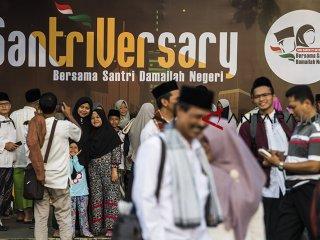 Sejumlah santri berfoto sebelum menghadiri acara Puncak perayaan Hari Santri Nasional 2018 di lapangan Gasibu, Bandung, Jawa Barat, Minggu (21/10/2018). Acara yang dihadiri santri tersebut dalam rangka memperingati Hari Santri Nasional yang ke-3. ANTARA JABAR/M Agung Rajasa/agr.