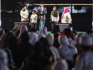 Presiden Joko Widodo (tengah) berbincang dengan sejumlah santri saat Puncak perayaan Hari Santri Nasional 2018 di lapangan Gasibu, Bandung, Jawa Barat, Minggu (21/10/2018). Acara yang dihadiri santri dari berbagai daerah tersebut dalam rangka memperingati Hari Santri Nasional ke-3. ANTARA JABAR/M Agung Rajasa/agr.