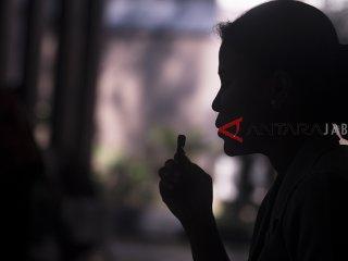 Sejumlah perwakilan Dharma Pertiwi Daerah C mengikuti kegiatan membatik bersama di Graha Tirta Siliwangi, Bandung, Jawa Barat, Selasa (2/10). Sedikitnya 250 anggota Dharma Pertiwi Daerah C yang terdiri dari perwakilan TNI AU, TNI AL,TNI AD dan Bhayangkari, ikut serta memperingati Hari Batik Nasional serta pemecahan rekor MURI membatik serentak di sejumlah kota di Indonesia. ANTARA JABAR/Novrian Arbi/agr/18