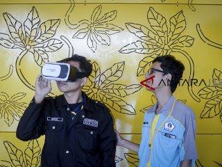 Pengunjung mencoba melihat animasi dari kacamata virtual saat gelaran Baros International Animation Festival (BIAF) di Cimahi, Jawa Barat, Sabtu (27/10/2018). Festival animasi internasional yang diikuti oleh berbagai negara seperti Malayasia, Singapura, Prancis dan New Zeland tersebut digelar untuk mengenalkan dunia animasi kepada masyarakat serta menggaet investor untuk bekerja sama dengan animator lokal. ANTARA JABAR/Raisan Al Farisi/agr.