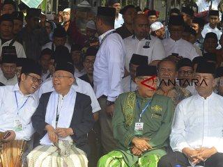 Calon Wakil Presiden nomor urut 01 Ma'ruf Amin (kedua kiri) berbincang dengan  Ketua Umum PKB Muhaimin Iskandar atau Cak Imin (kiri) didampingi Menteri Koordinator Bidang Politik, Hukum, dan Keamanan Wiranto (kanan), dan Ketua Umum Pengurus Besar Nahdlatul 'Ulama (PBNU) Said Aqil Siroj (kedua kanan) saat menghadiri Apel Upacara Hari Santri Nasional di Lapangan Dadaha, Kota Tasikmalaya, Jawa Barat, Senin (22/10/2018). Pemerintah berharap hari santri tersebut bisa dijadikan momen untuk memperkuat kedudukan para santri secara organisatoris, setelah menjadi garda terdepan di kehidupan masyarakat dalam berbangsa dan bernegara. ANTARA JABAR/Adeng Bustomi/agr. HSN,