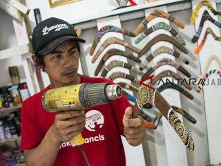 Perajin menyelesaikan pembuatan Boomerang di rumah produksi Acun Boomerang, Citamiang, Sukabumi, Jawa Barat, Selasa (23/10/2018). Industri rumahan tersebut mampu memproduksi 250 sampai 2 ribu boomerang setiap bulan dengan harga jual Rp20 ribu - Rp350 ribu per buah serta menerima pemesanan untuk memenuhi permintaan pasar di Indonesia hingga di ekspor ke negara India, Malaysia, Australia, German dan Brazil. ANTARA JABAR/Nurul Ramadhan/agr.