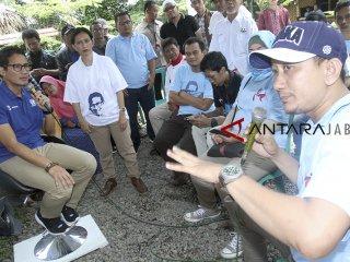 Calon wakil presiden nomor urut 02 Sandiaga Uno melakukan dialog dengan pengusaha perajin sepatu dan sandal di Taman Sari, Bogor, Jawa Barat, Kamis (29/11/2018). Dalam kampanyenya Sandi berjanji bakal menyerap aspirasi perajin sekaligus memperbaiki kondisi ekonomi, serta memperkenalkan program OK OCE kepada para pengusaha perajin sepatu dan sandal. ANTARA JABAR/Yulius Satria Wijaya/agr.