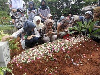 Sejumlah keluarga dan kerabat berdoa saat pemakaman korban jatuhnya pesawat Lion Air JT 610 Arif Yustian di TPU Karang Anyarm Bojong Gede, Bogor, Jawa Barat, Jumat (9/11/2018). Arif Yustian merupakan salah satu penumpang pesawat Lion Air JT 610 yang jatuh di perairan Tanjung Karawang, Jawa Barat. ANTARA JABAR/Yulius Satria Wijaya/agr