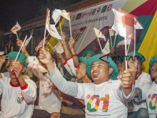 Sejumlah relawan Jokowi-Ma'ruf Amin meneriakkan yel-yel saat nonton bareng Debat Pertama Capres dan Cawapres 2019 di Desa Cirangkong, Purwakarta, Jawa Barat, Kamis (17/01/2019). Debat tersebut mengangkat tema Hukum, HAM, Korupsi dan Terorisme. ANTARA JABAR/M Ibnu Chazar/agr.