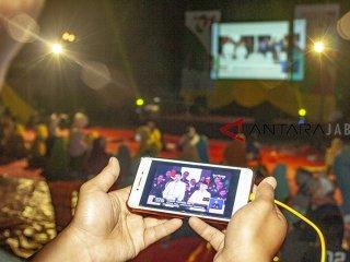 Sejumlah relawan Jokowi-Ma'ruf Amin menonton bersama Debat Pertama Capres dan Cawapres 2019 di Desa Cirangkong, Purwakarta, Jawa Barat, Kamis (17/01/2019). Debat tersebut mengangkat tema Hukum, HAM, Korupsi dan Terorisme. ANTARA JABAR/M Ibnu Chazar/agr.