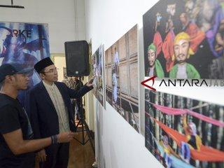 Ketua Organisasi Internasional Alumni Al Azhar (OIAA) Tuan Guru Bajang (TGB) Zainul Majdi (kanan) didampingi Korda Foto Antara Jabar M Agung Rajasa (kiri) menyaksikan karya foto yang dipamerkan dalam pameran foto ARKE kilas balik Jabar di Galeri Foto Antara Jabar, Bandung, Jawa Barat, Sabtu (26/1/2019). Kunjungan TGB Zainul Majdi tersebut dilakukan dalam rangka mengapresiasi karya foto pewarta Antara Jawa Barat. ANTARA JABAR/Raisan Al Farisi/agr.