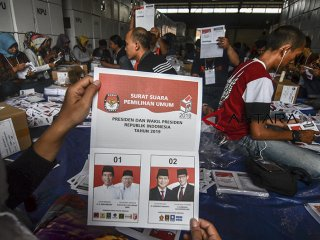 PELIPATAN SURAT SUARA PILPRES. Sejumlah petugas melipat surat suara Pemilihan Presiden dan Wakil Presiden di Gudang Logistik KPU Kota Tasikmalaya, Jawa Barat, Senin (11/2/2019). Sebanyak 2.470.385 lembar surat suara yang terbagi menjadi surat suara untuk Pilpres, DPR RI, DPR Provinsi, DPRD dan DPD, nantinya akan didistribusikan ke 2.063 TPS dan ditargetkan selesai dalam dua minggu dengan jumlah petugas pelipatan 1.000 orang dari PPK, PPS serta KPPS. ANTARA JABAR/Adeng Bustomi/agr.