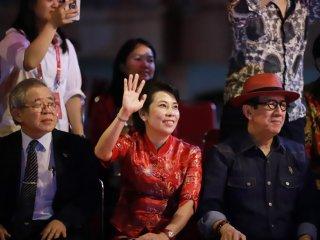 Menteri Hukum dan Hak Asasi Manusia Yasonna Hamonangan Laoly (kanan) didampingi Wali Kota Singkawang Tjhai Chui Mie (kedua kanan) dan sejumlah tamu menyaksikan arakan naga yang melintasi panggung kehormatan di Jalan Diponegoro, Singkawang, Kalimantan Barat, Minggu (17/2/2019) malam. Perayaan Cap Go Meh yang dimeriahkan dengan arakan naga, atraksi tatung, tari-tarian tersebut akan berlangsung hingga Rabu (20/2/2019). ANTARA FOTO/David/jhw