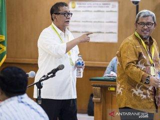 Mantan Gubernur dan Wakil Gubernur Jawa Barat Ahmad Heryawan (kanan) dan Deddy Mizwar (kiri) berjalan keluar ruang sidang pada sidang lanjutan suap perizinan Proyek Meikarta di PN Tipikor, Bandung, Jawa Barat, Rabu (20/3/2019). Ahmad Heryawan, Deddy Mizwar dan Direktur Jenderal Otonomi Daerah (Dirjen Otda) Kemendagri Sumarsono di periksa sebagai saksi terkait suap perizinan Proyek Meikarta dengan terdakwa Neneng Hassanah Yasin. ANTARA JABAR/M Agung Rajasa/agr.