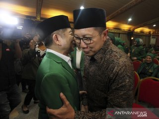 Plt  Ketua Umum PPP Suharso Monoarfa (kiri) berbincang dengan Menteri Agama Lukman Hakim Saefuddin (kanan)   pada pembukaan Mukernas III Dewan Pimpinan Pusat PPP di Bogor, Jawa Barat, Rabu (20/3/19). Agenda utama Mukernas PPP tersebut adalah pengukuhan Suharso Monoarfa sebagai Pelaksana Tugas Ketua Umum, menggantikan posisi Romahurmuziy yang telah dipecat karena tersandung kasus korupsi.  ANTARA JABAR/Yulius Satria Wijaya/agr