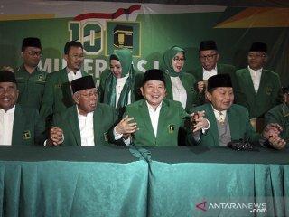 Plt  Ketua Umum PPP Suharso Monoarfa (tengah) berserta jajaran pengurus berfoto bersama pada pembukaan Mukernas III Dewan Pimpinan Pusat PPP di Bogor, Jawa Barat, Rabu (20/3/19). Agenda utama Mukernas PPP tersebut adalah pengukuhan Suharso Monoarfa sebagai Pelaksana Tugas Ketua Umum, menggantikan posisi Romahurmuziy yang telah dipecat karena tersandung kasus korupsi.  ANTARA JABAR/Yulius Satria Wijaya/agr