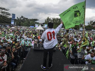 Plt Ketua Umum PPP Suharso Monoarfa menyampaikan orasi politiknya pada Kampanye Terbuka PPP di Lapangan Dadaha, Kota Tasikmalaya, Jawa Barat, Jumat (12/4/2019). Suharso Monoarfa mengajak kepada pendukungnya untuk memenangkan Pilpres nomor urut 01 pasangan Jokowi-Ma'ruf pada Pilpres 17 April mendatang. ANTARA JABAR/Adeng Bustomi/agr