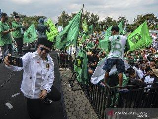 Plt Ketua Umum PPP Suharso Monoarfa berswafoto pada Kampanye Terbuka PPP di Lapangan Dadaha, Kota Tasikmalaya, Jawa Barat, Jumat (12/4/2019). Suharso Monoarfa mengajak kepada pendukungnya untuk memenangkan Pilpres nomor urut 01 pasangan Jokowi-Ma'ruf pada Pilpres 17 April mendatang. ANTARA JABAR/Adeng Bustomi/agr