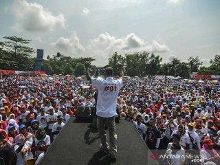Sejumlah pendukung dan relawan mengikuti senam pagi goyang jempol dan jalan santai pada acara kampanye terbuka Jokowi-Amin di Lapang Dadaha, Kota Tasikmalaya, Jawa Barat, Sabtu (13/4/2019). Kampanye terbuka yang digelar oleh simpatisan pasangan calon presiden 01 asal Tasikmalaya Yanto Oce dan Partai Koalisi Indonesia Bersatu mengajak pendukungnya untuk memenangkan pasangan Presiden dan Wakil Presiden pasangan Joko Widodo-Ma'ruf Amin pada Pilpres 17 April mendatang. ANTARA JABAR/Adeng Bustomi/agr