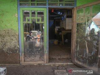 Aktivitas warga pascabanjir di Kampung Cigosol, Baleendah, Kabupaten Bandung, Jawa Barat, Senin (22/4/2019). Warga menyatakan, banjir yang merendam ratusan pemukiman selama dua minggu akibat luapan Sungai Citarum tersebut telah surut dan menyisakan lumpur setinggi 30 hingga 60 sentimeter serta tumpukan sampah. ANTARA JABAR/Raisan Al Farisi/agr