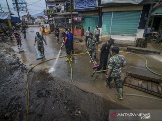 Petugas TNI, Polri serta Pemadam Kebakaran membersihkan lumpur pascabanjir di Andir, Baleendah, Kabupaten Bandung, Jawa Barat, Senin (22/4/2019). Warga menyatakan, banjir yang merendam ratusan pemukiman selama dua minggu akibat luapan Sungai Citarum tersebut telah surut dan menyisakan lumpur setinggi 30 hingga 60 sentimeter serta tumpukan sampah. ANTARA JABAR/Raisan Al Farisi/agr
