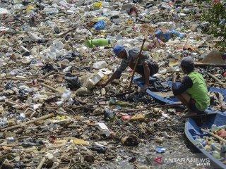 Warga mengambil sampah pascabanjir di Sungai Cikapundung yang bermuara ke Sungai Citarum di Bojongsoang, Kabupaten Bandung, Jawa Barat, Senin (22/4/2019). Warga menyatakan, banjir yang merendam ratusan pemukiman selama dua minggu akibat luapan Sungai Citarum tersebut telah surut dan menyisakan lumpur setinggi 30 hingga 60 sentimeter serta tumpukan sampah. ANTARA JABAR/Raisan Al Farisi/agr