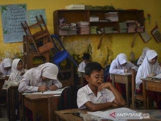 Siswa mengikuti Ujian Sekolah Berstandar Nasional (USBN) di SDN VII Dayeuhkolot yang terdampak banjir di Kabupaten Bandung, Jawa Barat, Senin (22/4/2019). Sebanyak 35 siswa mengikuti USBN pascabanjir yang melanda kawasan tersebut. ANTARA JABAR/Raisan Al Farisi/agr