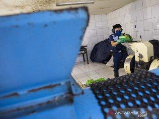 Pekerja mengolah kompos di tempat pengolahan sampah organik pusat perbelanjaan Paris Van Java, Bandung, Jawa Barat, Selasa (23/4/2019). Pusat perbelanjaan Paris Van Java mengolah sampah organik sebanyak 1,4 ton hingga 2,4 ton per harinya yang diolah menjadi kompos, pakan ikan, pupuk cair, dan gas metan guna mewujudkan perbaikan kualitas lingkungan untuk menggunakan Standar Pelayanan Masyarakat di Fasilitas Publik. ANTARA JABAR/M Agung Rajasa/agr