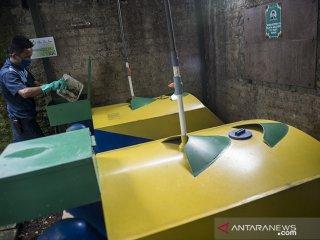 Pekerja memasukan sampah organik ke dalam reaktor gas di tempat pengolahan sampah organik pusat perbelanjaan Paris Van Java, Bandung, Jawa Barat, Selasa (23/4/2019). Pusat perbelanjaan Paris Van Java mengolah sampah organik sebanyak 1,4 ton hingga 2,4 ton per harinya yang diolah menjadi kompos, pakan ikan, pupuk cair, dan gas metan guna mewujudkan perbaikan kualitas lingkungan untuk menggunakan Standar Pelayanan Masyarakat di Fasilitas Publik. ANTARA JABAR/M Agung Rajasa/agr