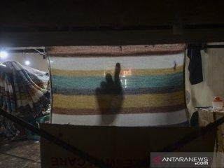 Pekerja menyelesaikan produksi sweater rajut di Sentra Rajut Binong Jati, Bandung, Jawa Barat, Kamis (25/4/2019).  Asosiasi Pertekstilan Indonesia (API) mencatat, saat ini kontribusi tekstil Indonesia bagi dunia baru mencapai 2 persen, jumlah tersebut jauh dibandingkan dengan kontribusi tekstil dari China yang mencapai 45 persen. ANTARA JABAR/Raisan Al Farisi/agr