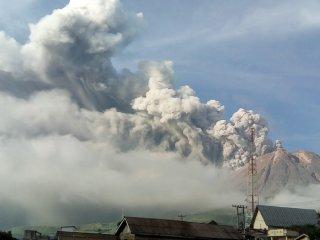 ERUPSI GUNUNG SINABUNG. Gunung Sinabung menyemburkan material vulkanik saat erupsi, di Karo, Sumatera Utara, Selasa (7/5/2019). Gunung Sinabung berstatus Awas (level IV) kembali erupsi dengan tinggi kolom abu vulkanik mencapai 2.000 meter. (Antara Sumut/HO/Sastrawan Ginting)