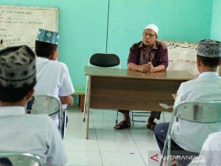 Pendiri Pesantren Al Hidayah yang merupakan mantan terpidana kasus terorisme Khairul Ghazali (atas) memberi bimbingan kepada para santrinya di Desa Sei Mencirim, Deli Serdang, Sumatera Utara, Rabu (8/5/2019). Pesantren yang didirikan mantan terpidana kasus terorisme Khairul Ghazali yang didukung oleh Badan Nasional Penanggulangan Terorisme (BNPT) tersebut saat ini memiliki 16 orang santri anak pelaku terorisme dan masyarakat umum dan diharapkan dapat mengantisipasi berkembangnya ajaran radikalisme di lingkungan masyarakat. (Antara Sumut/Irsan)