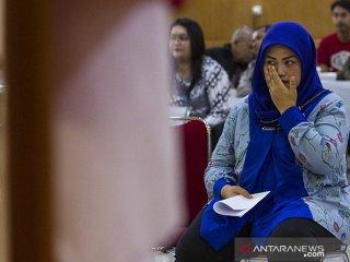Terdakwa kasus dugaan suap perizinan proyek Meikarta Neneng Hasanah Yasin (kanan) mengusap airmata usai membacakan nota pembelaan pada sidang lanjutan di Pengadilan Tipikor Bandung, Jawa Barat, Rabu (15/5/2019). Dalam nota pembelaan tersebut Bupati nonaktif Bekasi Neneng Hasanah Yasin meminta kepada majelis  hakim untuk hukuman yang seringan-ringannya dan telah mengakui tindakan yang didakwakan atas dugaan suap dengan menerima Rp10 miliar dan SGD90.000 dari pengembang Meikarta. ANTARA JABAR/Novrian Arbi/agr