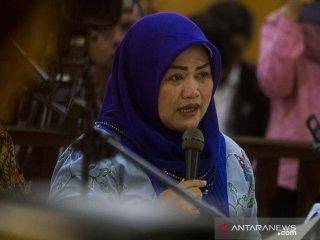 Terdakwa kasus dugaan suap perizinan proyek Meikarta Neneng Hasanah Yasin membacakan nota pembelaan pada sidang lanjutan di Pengadilan Tipikor Bandung, Jawa Barat, Rabu (15/5/2019). Dalam nota pembelaan tersebut Bupati nonaktif Bekasi Neneng Hasanah Yasin meminta kepada majelis  hakim untuk hukuman yang seringan-ringannya dan telah mengakui tindakan yang didakwakan atas dugaan suap dengan menerima Rp10 miliar dan SGD90.000 dari pengembang Meikarta. ANTARA JABAR/Novrian Arbi/agr