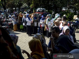 Ratusan guru honorer antri saat melakukan verifikasi di Dinas Pendidikan Kota Bandung, Jawa Barat, Selasa (21/5/2019). Verifikasi yang diikuti oleh guru honorer PAUD, TK, SD, SMP se kota bandung tersebut ditujukan untuk pengambilan honorarium yang merupakan bantuan dari pemkot bandung bagi guru non pns di lingkungan Dinas Pendidikan. ANTARA JABAR/Raisan Al Farisi/agr