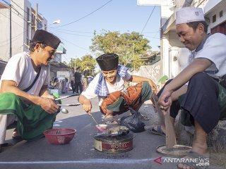 Peserta menyelesaikan pembuatan nasi liwet saat mengikuti festival ngaliwet di kawasan kantor Pengurus Cabang Nahdlatul Ulama (PCNU) Karawang, Tuparev, Karawang, Jawa Barat, Jumat (24/5/2019). Festival tersebut untuk mengenalkan dan melestarikan budaya pesantren yang menjadi sarana pembelajaran untuk menguji kemandirian dan kekompakan santri. ANTARA JABAR/M Ibnu Chazar/agr