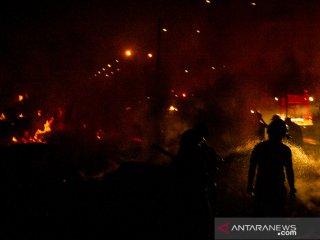 Petugas berusaha memadamkan kebakaran di Pabrik Palet, Lemahabang, Cikarang, Jawa Barat, Kamis (13/6/2019) Malam. Kebakaran tersebut menghanguskan lebih dari 20 kios palet, sementara penyebanb kebakaran hingga kini masih dalam penyelidikan pihak berwajib. ANTARA JABAR/M Ibnu Chazar/agr