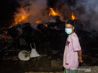 Warga melihat lokasi kebakaran pabrik palet di Lemahabang, Cikarang, Jawa Barat, Kamis (13/6/2019) Malam. Kebakaran tersebut menghanguskan lebih dari 20 kios palet, sementara penyebanb kebakaran hingga kini masih dalam penyelidikan pihak berwajib. ANTARA JABAR/M Ibnu Chazar/agr