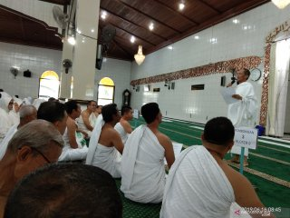 Jamaah calon haji asal Kabupaten Kotabaru yang terbagi empat rombongan mulai lraktek mengenakan pakaian ikhrom yang dibimbing Ketua Majelis Ulama Indonesia Kotabaru H Muhyar Darmawi di Masjid Khusnul Khotimah.
