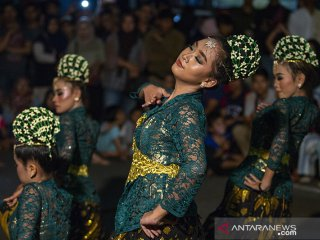 Sejumlah penari membawakan tarian Banjaran Kembang dalam acara pagelaran seni peuting panineungan di kawasan KK. Singawinata, Puwakarta, Jawa Barat, Sabtu (15/6/2019) Malam. Acara tersebut bertujuan untuk melestarikan seni kebudayaan Nusantara dan menjaga nilai -nilai kearifan lokal serta mengenalkan kesenian Purwakarta agar dapat meningkatkan daya tarik wisatawan lokal dan mancanegara. ANTARA JABAR/M Ibnu Chazar/agr