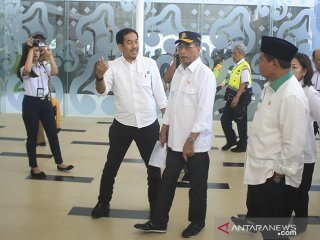 Menteri Perhubungan Budi Karya Sumadi (tengah) didampingi Wakil Gubernur Jawa Barat UU Ruzhanul Ulum (kanan) mengunjungi Bandara Kertajati di Majalengka, Jawa Barat, Selasa (18/6/2019). Menhub menyatakan pemindahan rute penerbangan dari bandara Husein Sastranegara (Bandung) ke Bandara Kertajati (majalengka) hanya untuk penerbangan domestik. ANTARA JABAR/Dedhez Anggara/agr
